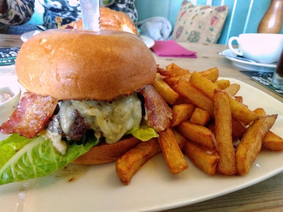 The Tiger Inn: Great burger and amazing chips!