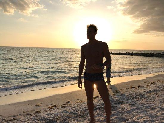 Lido Beach Resort: La pileta está bien, con buena temperatura del agua. La playa un poco angosta pero los atardecer