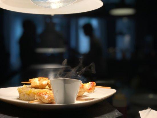 Λος, Γαλλία: Brochettes de poulet en Tandoori et fondue de poireaux à la sauce soja