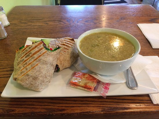 Newmarket, Kanada: Deluxe Chicken Wrap with Yellow Curry Chicken and Rice Soup