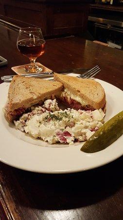 Dubh Linn Irish Brew Pub: The Gavin Sandwich