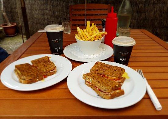 Muriwai Beach, Nueva Zelanda: Toasted sandwiches and chips