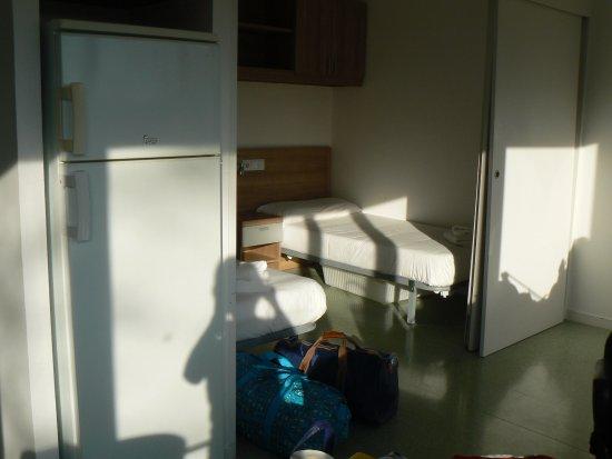 Bellaterra, España: Chambre double et frigo