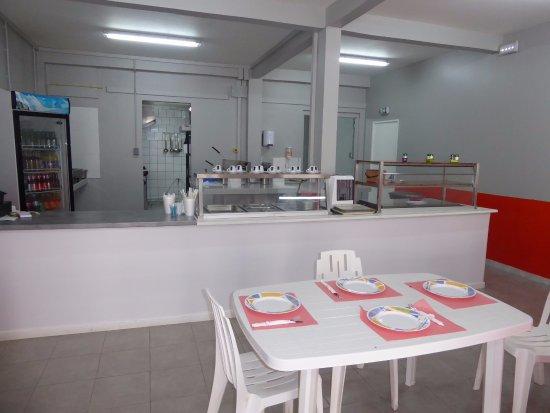 Les Anses d'Arlet, Martinica: Aperçu de la salle. Plus de tables dans la salle et en terrasse extérieure