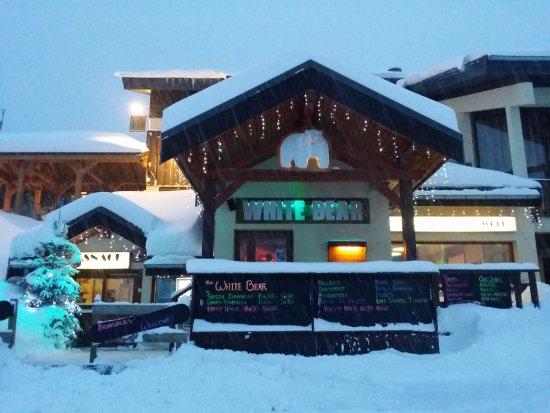 Montalbert, France: Le bar sous un peu de neige!