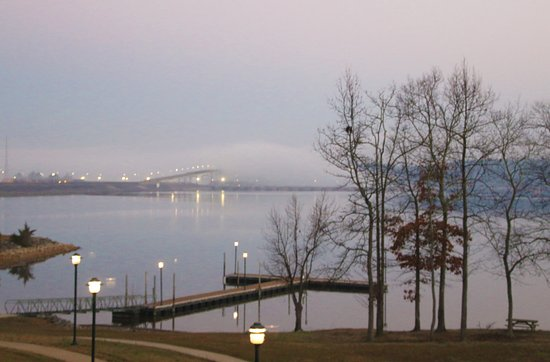 Pickwick Dam, Τενεσί: Sun Coming Up - Bridge Fogged In