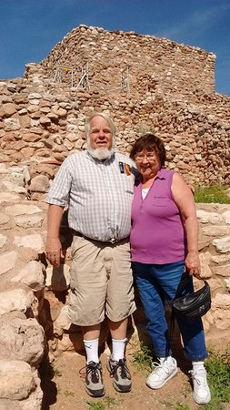 ‪‪Clarkdale‬, ‪Arizona‬: Hubby and I next to one of the adobes build by the Indians so long ago‬