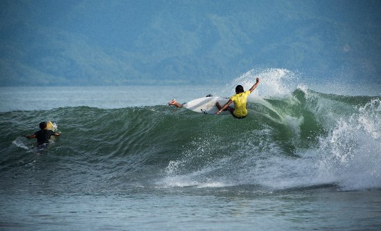 Ocean Queen Resort: Surfing along this coast is world class with great waves and many sites