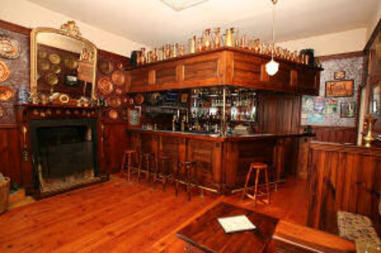 Westbury, Austrália: House guests can enjoy a drink in this gorgeous bar - and listen to some of the stories .