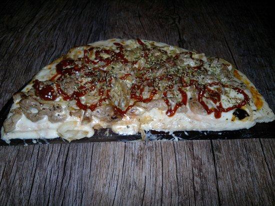 Pizza con tiritas de cerdo y salsa de barbacoa