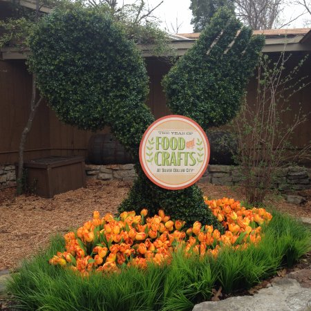 Branson, MO: This fork and spoon topiary close to the Hospitality House really caught our attention.