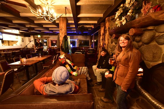 Kirkwood, Californië: A comfortable ski in/out tavern with a huge wood burning fireplace