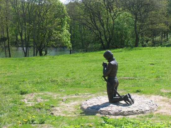 Lazdijai, ليتوانيا: Sculpture of Emilija Pliaterytė in Vainežerio parkas
