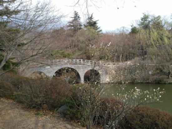 Gyeongju, Korea Południowa: pont à l'entrée du temple
