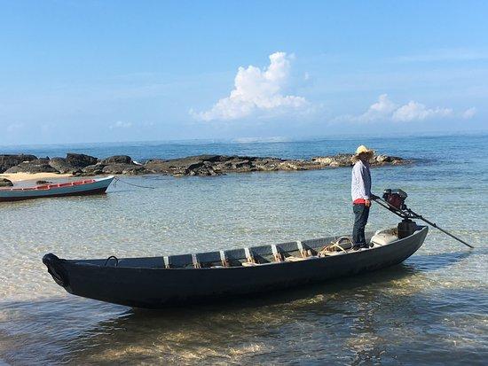 Mango Bay Resort: Idyllischer Strand, mit dem Boot zum Schnorchelschiff.
