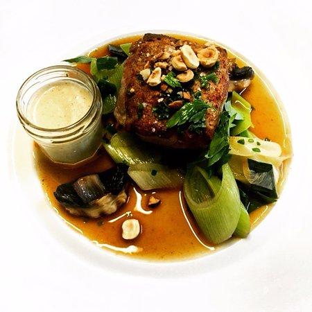Beaumont-en-Auge, Fransa: Filet mignon de cochon, tombée de poireau, sauce à la moutarde de Rouen