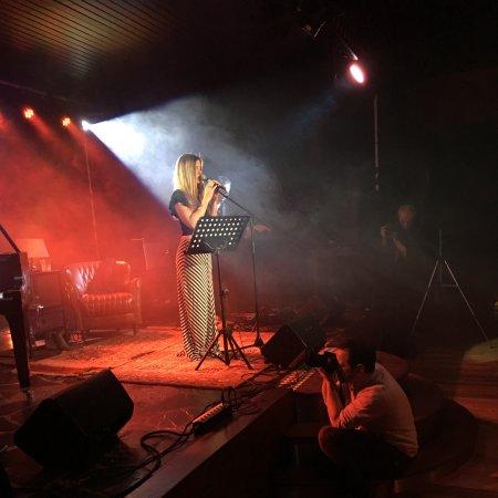 Drogenbos, Bélgica: Claire Henrisken accompagnée de Philippe Decock au piano et Laurent Stelleman à la guitare