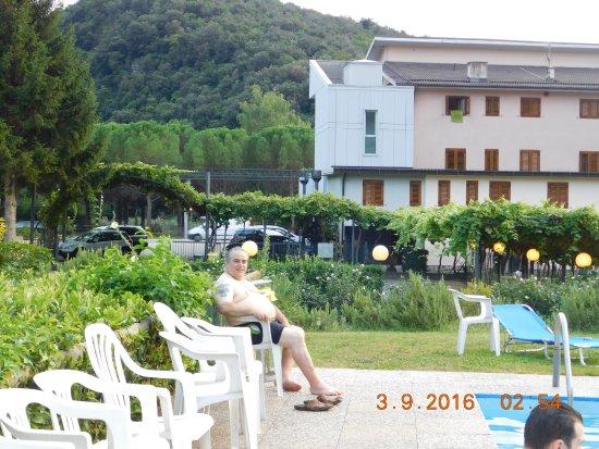 Padergnone, Italia: piscina sotto hotel