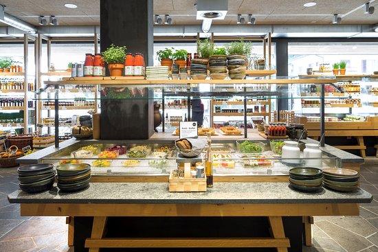 Lenzburg, Switzerland: Grosses Salatbuffet mit feldfrischem Salat, Gemüse und Früchten, dazu hausgemachtes Holzofen-Bro