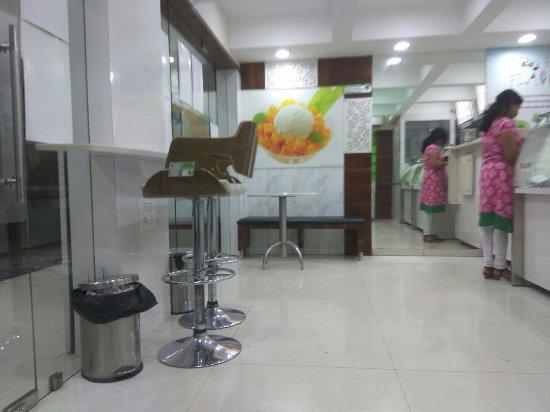 Natural Ice Cream Parlour: sitting arrangement