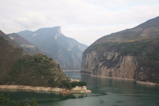 Yichang, Cina: Dalao Ridge and entrance to Qutang Gorge (Kui Gate) on the Yangtze River (from White Emperor Cit
