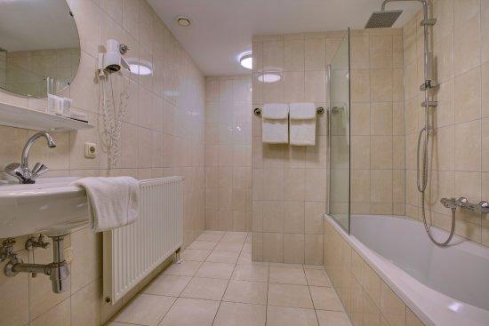 badkamer met bad - Foto van Hotel de Maasparel, Arcen - TripAdvisor