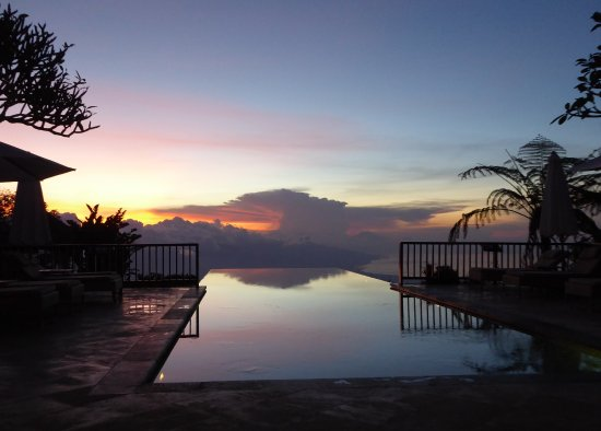 Munduk Moding Plantation: Infinity pool at sunset