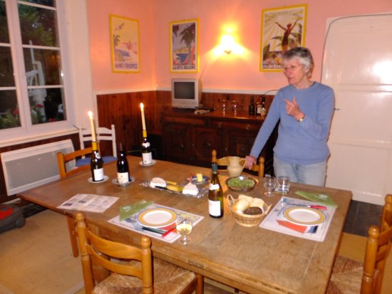 Manoir Au Pont Rouge : Gite dining room next to self catering kitchen