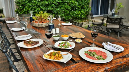 Boksburg, Sydafrika: Main Table on Deck with Starters