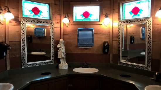 Grand Rivers, KY: Even the ladies bathroom was quirky. Loved the windows about the sink.