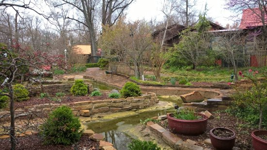 Grand Rivers, KY: The gardens outside the restaurant