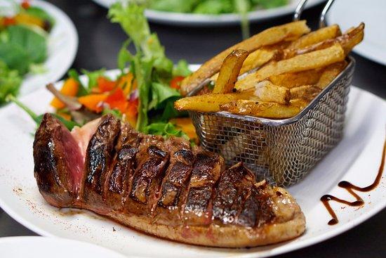 Aubagne, France: Magret de canard, frites maison et salade fraîche