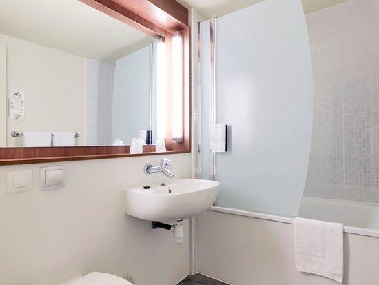 Mondeville, Frankrike: Salle de bains avec baignoire