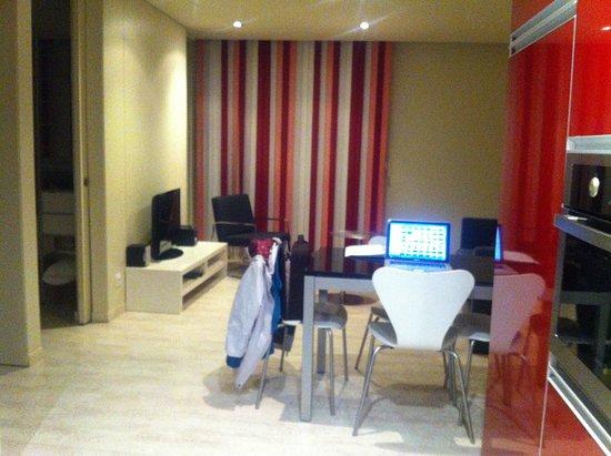The Urban Suites: La sala vista desde la cocina para que apreciéis la amplitud