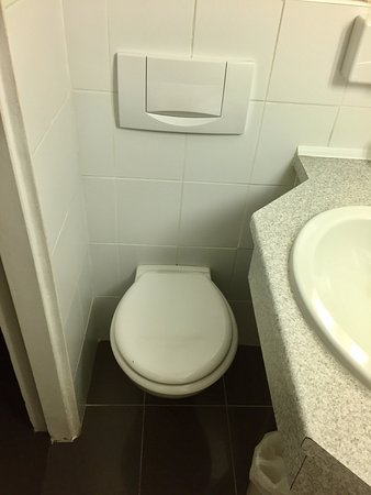 Aberotel Montparnasse: As you can imagine, how someone can fit their legs under the sink?