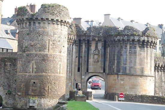 Fougeres, França: Porte menant à la ville haute