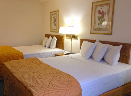 Country Hearth Inn & Suites: Two Queen Beds