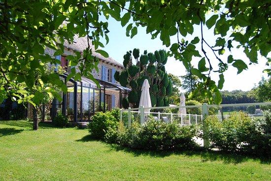 Boisset, ฝรั่งเศส: La verrière où les petits déjeuners se jouent des brises matinales