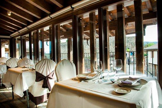 San Martin del Castanar, Spanien: Mesas restaurante con vistas al castillo