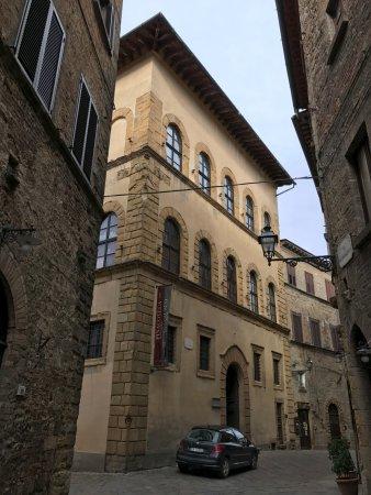 Volterra, Italy: Não pode fotografar internamente.