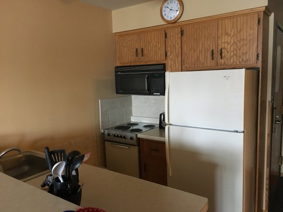 The Pointe Hotel & Suites: Nice spotless efficiency kitchen.
