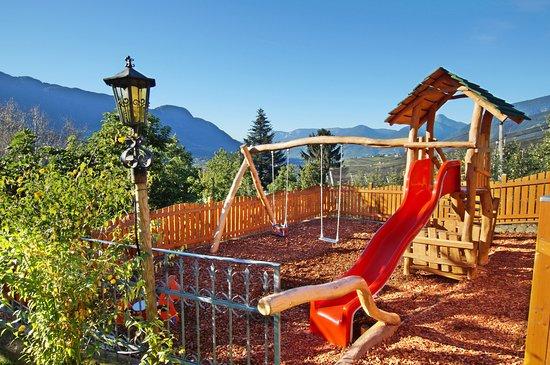 Kuens, Italia: Spielplatz für die Kleinen - Parco giochi