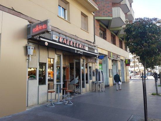 วีโตเรีย, สเปน: Entrada desde la calle Bastiturri de la Cafetería E´JAZZ