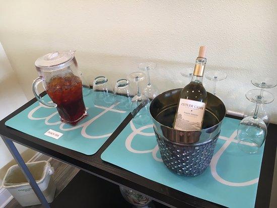 Edgewater Inn: Happy hour bevvies