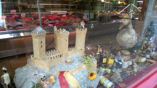 Foix, Francia: butchers shop window