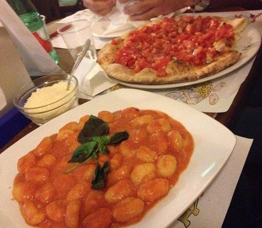 Giarre, Italia: Gnocchi al pomodoro e focaccia bruschetta