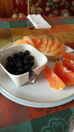Trinity, Canada: Fresh fruit w/ breakfast