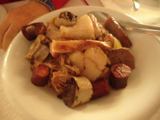 """Alcochete, Portugal: A travessa bem """"aviada"""" e bem sortida de carnes, e bastante verdura sob as carnes."""