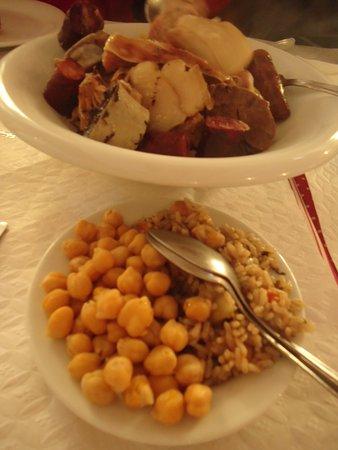 Alcochete, Portugal: O acompanhamento de grão, bem cozido e um arrozinho feito na água do cozido com sabor a hortelã.