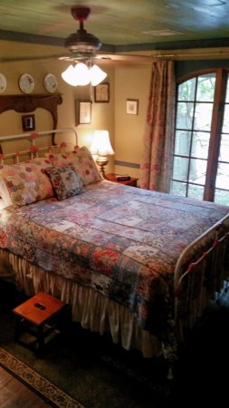 Cajun Country Cottages Bed and Breakfast: front bedroom with patio doors that opened out on to the front porch